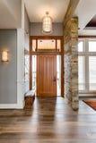 Entrée/foyer dans la nouvelle maison de luxe Photos libres de droits