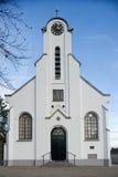Entrée frontale d'église blanche traditionnelle Photographie stock libre de droits