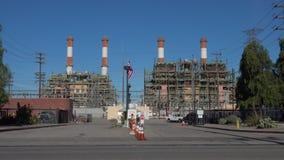 Entrée génératrice de puissance d'usine avec des cheminées au cours de la journée clips vidéos