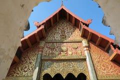 Entrée gentille à un temple en bois en Thaïlande Photos libres de droits