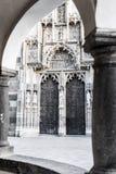 Entrée latérale de cathédrale de Kosice image libre de droits