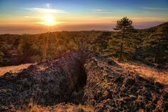 Entrée Lava Tube In Etna Park au coucher du soleil en Sicile photographie stock