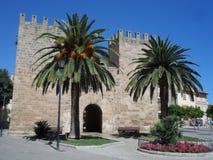 Entrée médiévale de porte de Xara à la vieille ville d'Alcudia dans Majorca Espagne photos libres de droits