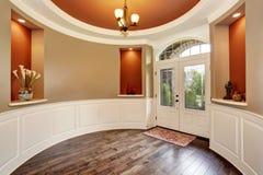 Entrée magnifique avec les murs rouges ronds et le décor gentil Images stock