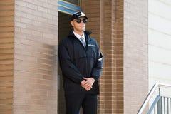 Entrée masculine de Standing At The de garde de sécurité Photo libre de droits