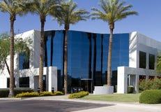 Entrée moderne neuve d'immeuble de bureaux de corporation image stock