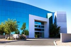 Entrée moderne neuve d'immeuble de bureaux de corporation