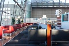Entrée moderne Refuge dans la porte d'aéroport avec des sofas sans personnes Image stock