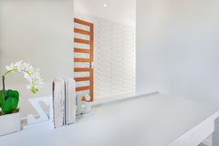 Entrée ou chemin à une autre pièce dans une maison de luxe Image libre de droits