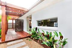Entrée ou façade de l'extérieur d'une maison moderne avec du bois énorme Photos stock