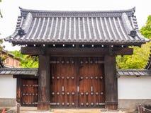 Entrée ou porte traditionnelle en bois au monastère images stock