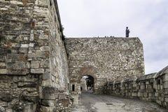 Entrée par la route qui s'élève à Buda Castle, avec le mur défensif et sur le dessus la statue de Vierge Marie photos stock