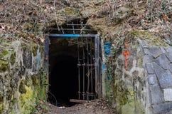 Entrée partiellement bloquée de caverne Image libre de droits