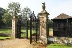 entrée porte fleurie de fer travaillé avec des statues de griffon Photographie stock libre de droits