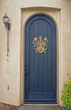 Entrée principale arquée sur la maison de la Californie photos libres de droits