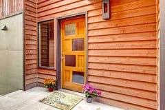 Entrée principale avec les pots ouverts de porche et de fleur photographie stock