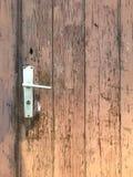 Entrée principale brune en bois et superficielle par les agents très vieille Images stock