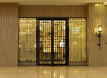 entrée principale d'une maison classieuse avec une lumière lumineuse de mur Image stock