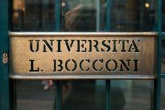 Entr?e principale d'universit? de sciences ?conomiques d'affaires de Bocconi de Milan dans le nord de l'Italie photographie stock