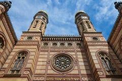 Entrée principale de synagogue de Dohany de synagogue de Budapest prise de l'extérieur Les deux tours iconiques de la synagogue p Photo stock