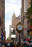 Entrée principale de tour d'atout sur Fifth Avenue dans Midtown Manhattan avec l'horloge et les gratte-ciel de rue et des bâtimen photo libre de droits