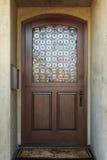 Entrée principale en bois de maison avec le détail en verre fleuri Photo stock