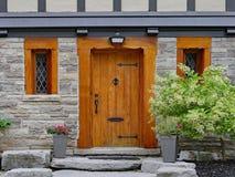 Entrée principale en bois de style rustique images stock