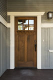 Entrée principale en bois foncée d'une maison Photo stock