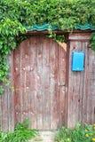 Entrée principale faite en bois et boîte de réception image stock