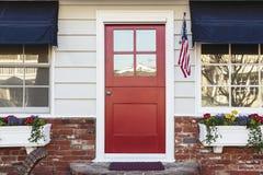 Entrée principale rouge d'une maison américaine Photos libres de droits