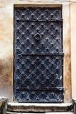 Entrée principale verticale antique aux Moyens Âges Rétro porte noire grunge gothique âgée antique de porte en métal de fer de vi Photos stock