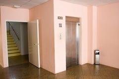 entrée s d'hôtel d'ascenseur de trappes de couloir Images stock