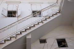 Entrée traditionnelle d'escalier de maison blanche libanaise en pneu, Liban Photo stock