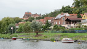 Entraînement avec le bateau le long de la rivière de Havel Paysage urbain de Havelberg avec son jardin et maisons et bateaux Alle banque de vidéos