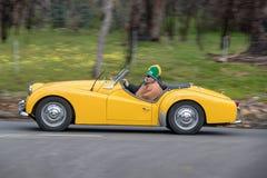 1959 entraînement convertible de Triumph TR3A sur la route de campagne Photographie stock libre de droits