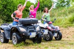 Entraînement de femmes tous terrains avec le vélo de quadruple ou l'ATV Images stock