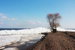 Entraînement de la glace sur une grande rivière. photo libre de droits