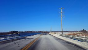 Entraînement de la route rurale d'hiver dans le jour Rue de campagne du point de vue POV de conducteur avec la neige banque de vidéos