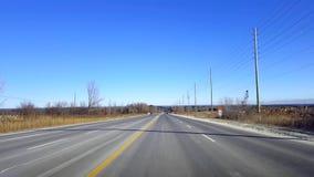 Entraînement de la route rurale pendant le jour Point de vue POV de conducteur clips vidéos