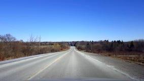 Entraînement de la route rurale pendant le jour Point de vue POV de conducteur banque de vidéos