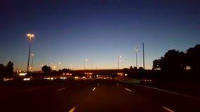 Entraînement de la route de ville pendant la soirée D'un état à un autre urbain du point de vue POV de conducteur la nuit Autorou clips vidéos