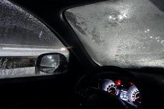 Entraînement de sécurité La voiture s'est arrêtée sur le bord de la route en chutes de neige dues au pare-brise congelé image stock