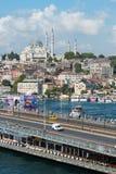 Entraînement de voitures au-dessus du beau pont de Galata Images libres de droits