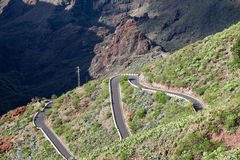 Entraînement de voitures sur la route de zig-zag de la montagne TF-436 en montagnes de Macizo de Teno, île Ténérife, canari, Espa Images stock