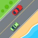Entraînement de voitures sur la route le long de la côte et de la mer Voyage par la route Photographie stock libre de droits
