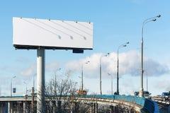 Entraînement de voitures sur le pont après un panneau d'affichage Images libres de droits