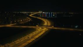 Entraînement de voitures sur le pont de nuit au-dessus de la route urbaine dans la vue aérienne de ville moderne clips vidéos