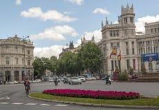 Entraînement de voitures sur une rue à Madrid Photos stock