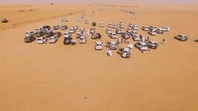 entraînement de voitures de 4x4 SUVs par les dunes de sable dans le désert d'Abu Dhabi barre Vue supérieure sur SUVs dans le dése Images libres de droits