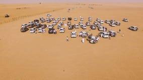 entraînement de voitures de 4x4 SUVs par les dunes de sable dans le désert d'Abu Dhabi barre Vue supérieure sur SUVs dans le dése Photos stock